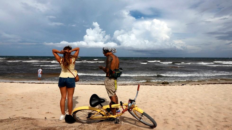 'Grace' se debilita a tormenta tropical; sigue su paso por la Península de Yucatán - Turistas en Quintana Roo previo a llegada del huracán Grace