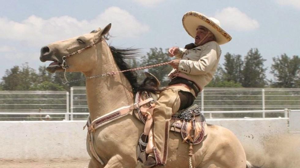 Hospitalizan a Vicente Fernández tras sufrir accidente en su rancho - Vicente Fernández montando a caballo en su rancho de Jalisco