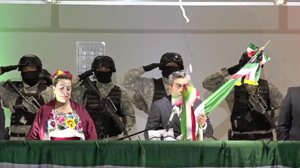 #Video Alcalde de Cuautitlán Izcalli rompe cordón de campana en ceremonia del Grito - Alcalde Cuautitlán Izcalli Grito cordón Ricardo Núñez