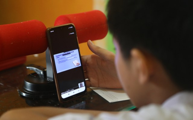 Unesco: 117 millones de alumnos siguen sin ir a clases por la pandemia - alumnos clases virtual Indonesia