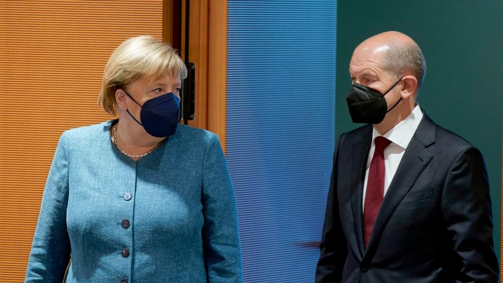 """Merkel felicita al socialdemócrata Scholz por su """"éxito"""" electoral - Angela Merkel con Olaf Scholz. Foto de EFE"""