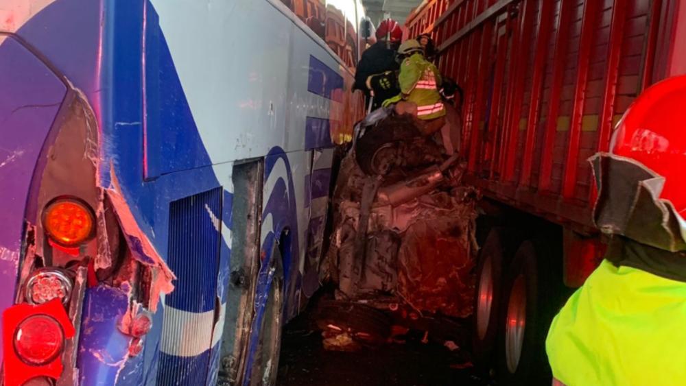 Dos personas prensadas tras 'carambola' en autopista México-Puebla - Carambola autopista México Puebla