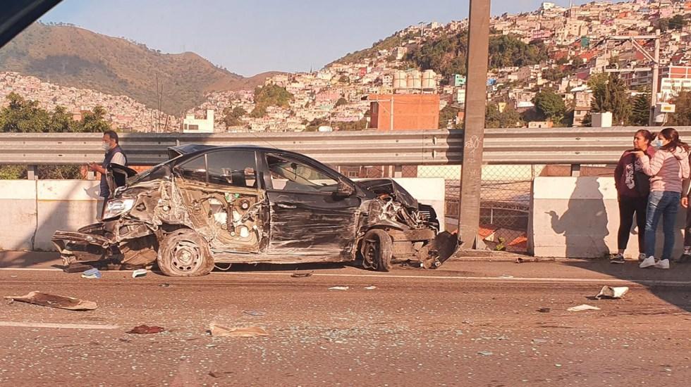 #Video Tráiler choca seis vehículos en la autopista México-Pachuca; hay 14 heridos - Carro severamente dañado por choque en la México-Pachuca