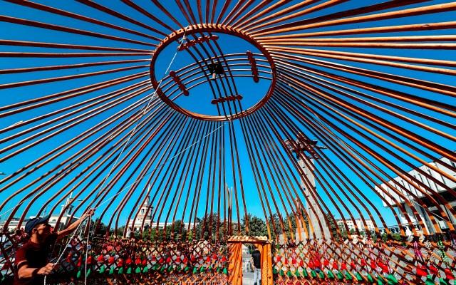 """Celebración del festival """"World Festival of Epics of the World"""" - Un hombre monta una yurta, vivienda nómada de Asia central, con motivo de las celebraciones por el"""