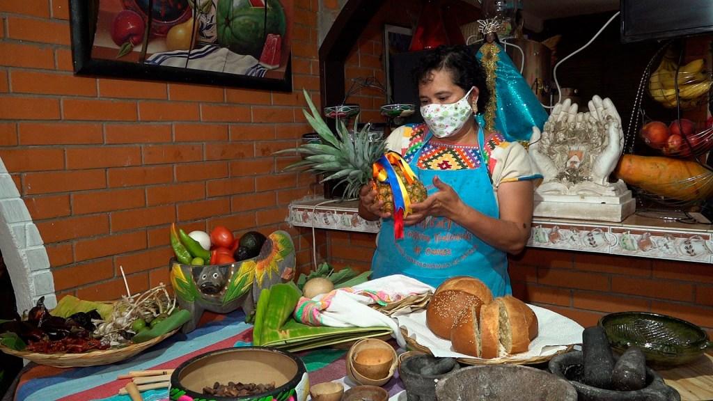 Expansión de la comida rápida en México relega a los platillos típicos - La cocinera indígena Rosario Cruz muestra sus ingredientes tradicionales. Foto de EFE