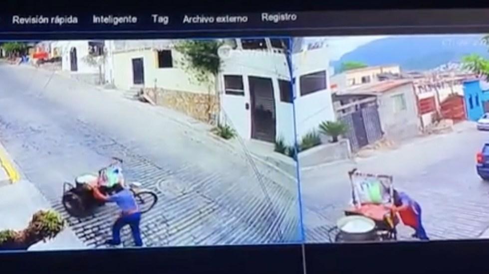 #Video Elotero cae con carrito en Monterrey; usuarios se unen para apoyarlo - #Video Elotero cae con carrito de elotes en Monterrey. Foto tomada de video