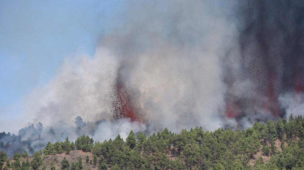 #Video Entra en Erupción volcán Cumbre Vieja en archipiélago de Canarias - Erupción del volcán Cumbre Vieja. Foto de EFE