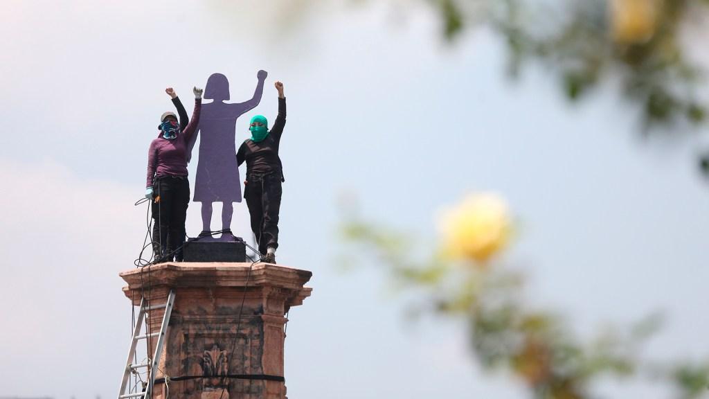 """Alistan marcha """"A Favor de la Mujer y de la Vida"""" en CDMX y 60 ciudades - Instalan estatua de mujer en ex Glorieta de Colón"""