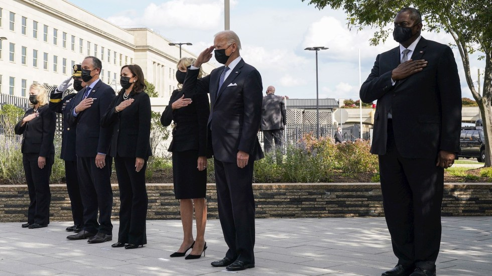 Biden y Harris rinden homenaje a víctimas del 11-S en el Pentágono - El secretario de Defensa de EE.UU., Lloyd Austin, el presidente de EE.UU., Joe Biden, la primera dama Jill Biden, la vicepresidenta de EE.UU., Kamala Harris, y el segundo caballero Douglas Craig Emhoff, asisten a una ceremonia en el Pentágono en Arlington, Virginia, este 11 de septiembre de 2021. Foto de EFE/ EPA/ Yuri Gripas.