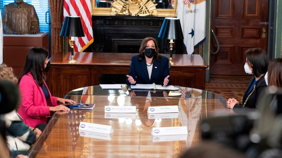 Kamala Harris destaca el papel de las empresarias latinas en la economía - Kamala Harris con empresarias latinas