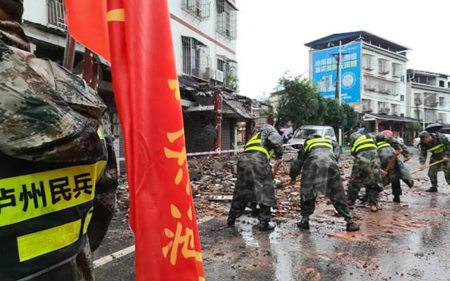 Sismo magnitud 6 en China deja al menos tres muertos - Labores de limpieza en China tras sismo magnitud 6