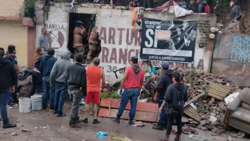 Lluvia provoca deslave de cerro en Ecatepec; una persona fue rescatada - lluvia cerro Ecatepec