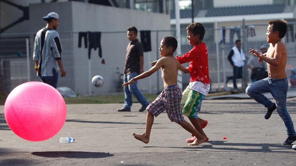 """Unicef muestra """"preocupación"""" por abundancia de menores migrantes en México - Niños de caravana de migrantes juegan en el deportivo Jesús Martínez, en Ciudad de México. Foto de EFE / Archivo"""