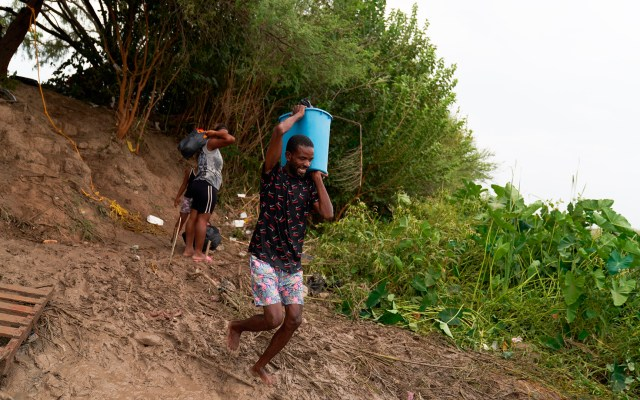 Cardenal de Honduras condena maltrato a haitianos en frontera de EE.UU. y México - Migrantes en México a punto de cruzar hacia Estados Unidos por el río Bravo