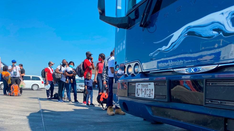 Gobierno de Biden inicia deportación masiva de migrantes haitianos - Migrantes haitianos abordan autobús en Del Río, Texas