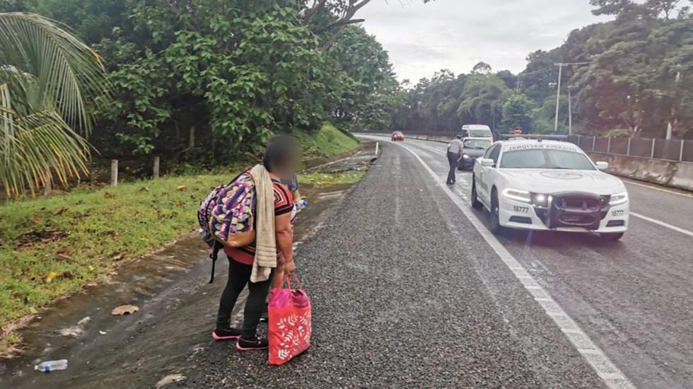 Niña migrante muere atropellada en carretera de Tabasco; tenía 3 años - Migrantes sobre carretera de México