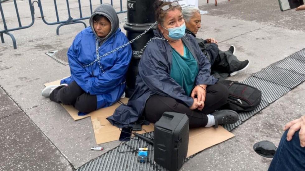 Tres mujeres se encadenan frente a Palacio Nacional - mujeres encadenadas Palacio