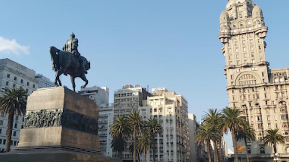 #Video Hombre se prende fuego en plaza de Montevideo, Uruguay - Plaza Independencia en Montevideo, Uruguay