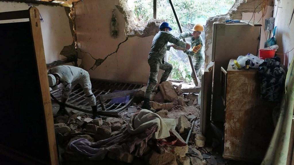 Actualizan a tres número de víctimas en Guerrero por sismo; niño murió en hospital - Remoción de escombros en casa afectada por sismo en Guerrero
