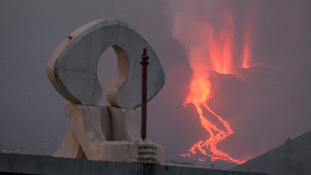 Declaran emergencia en isla La Palma por erupción de volcán; aprueban paquete de ayudas - Ríos de lava descienden del volcán Cumbre Vieja de la isla La Palma