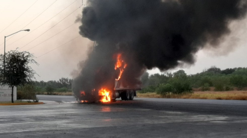 Bloquean con camiones carretera federal en Tamaulipas - Tamaulipas bloqueo camión incendio