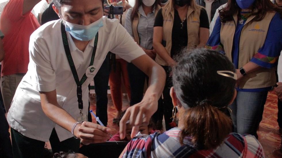 Vacunan contra el COVID-19 a migrantes hondureños en Tapachula - Vacunan a migrantes hondureños en la frontera sur de México. Foto de EFE
