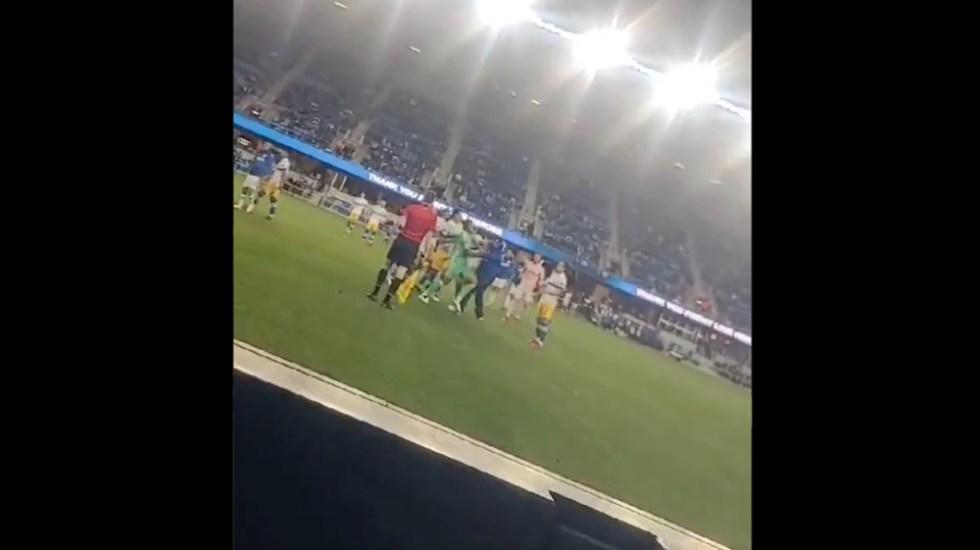 #Video Aficionado de Cruz Azul golpea a jugadores del San José Earthquakes - aficionado Cruz Azul golpea jugadores San José