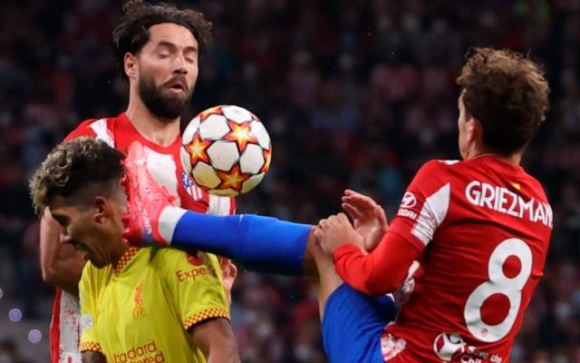 Antoine Griezmann, delantero del Atlético de Madrid, comete falta sobre el jugador del Liverpool, Roberto Firmino, que le significó la expulsión al jugador rojiblanco durante el encuentro correspondiente a la fase de grupos de la Liga de Campeones - Antoine Griezmann patada Firmino