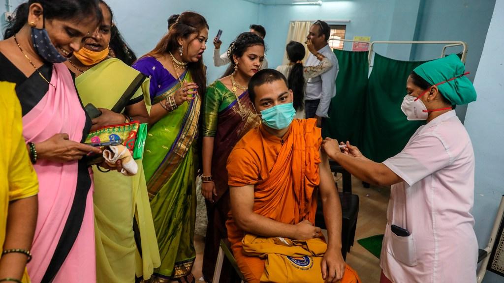 India supera las mil millones de vacunas anticovid administradas - Aplicación de vacunas contra COVID-19 en Mumbai, India