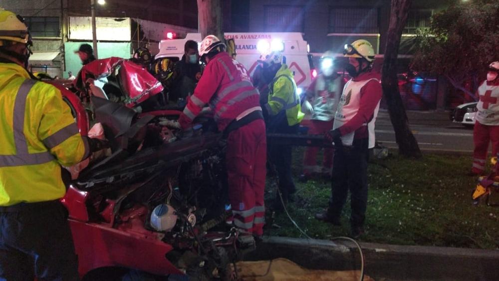 Tres lesionados tras choque de auto contra un árbol en la GAM - choque GAM auto árbol
