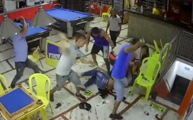 #Video Linchan a asaltante en billar de Colombia - Clientes linchan a asaltante de billar en Colombia