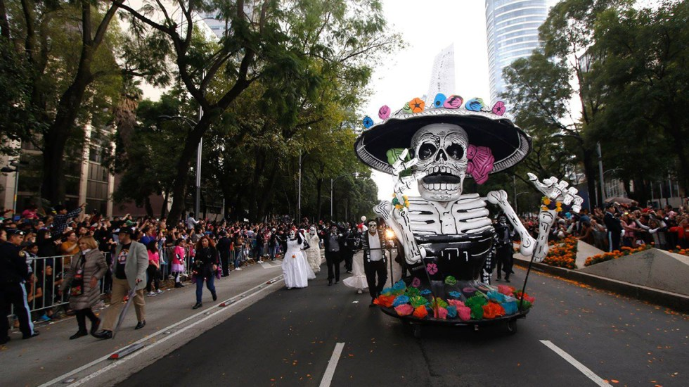 Regresan a la Ciudad de México desfile y ofrendas por Día de Muertos - Desfile de Día de Muertos en CDMX. Foto de @Cultura.Ciudad.de.Mexico
