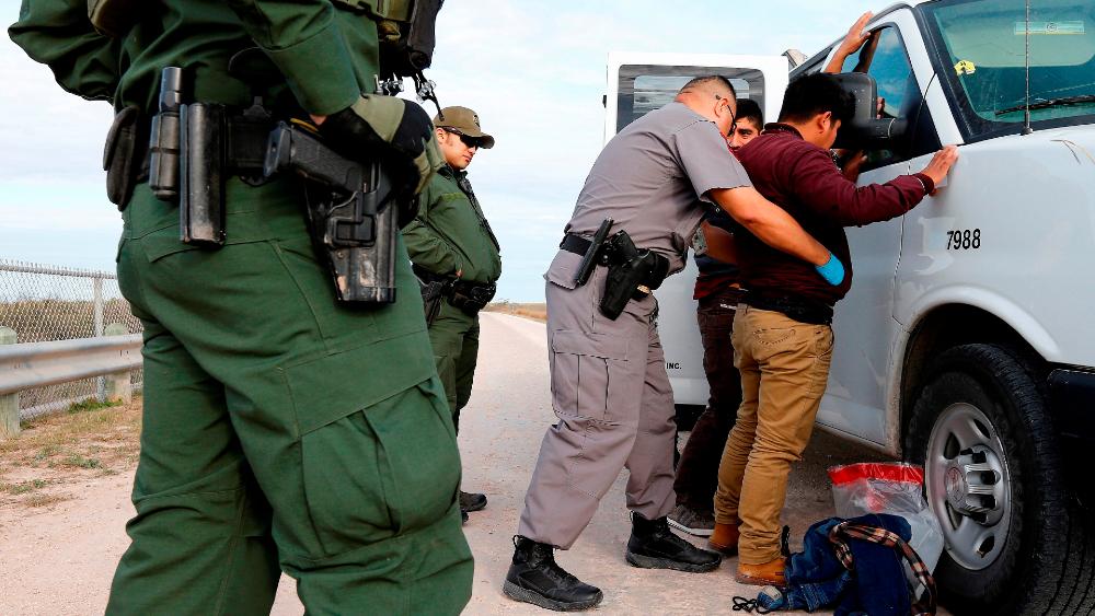 HRW denuncia más de 160 casos de mala conducta y abuso a migrantes en EE.UU. - Detención migrantes EEUU abuso