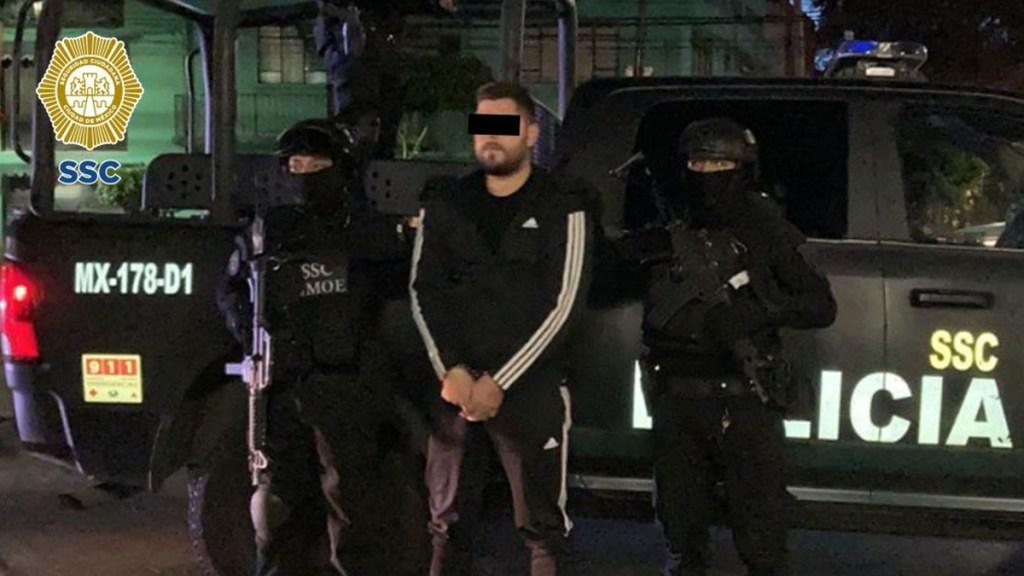 Detienen a presuntos responsables de ataque a empresario restaurantero en AICM - Detenido por ataque a empresario restaurantero en CDMX. Foto de @OHarfuch