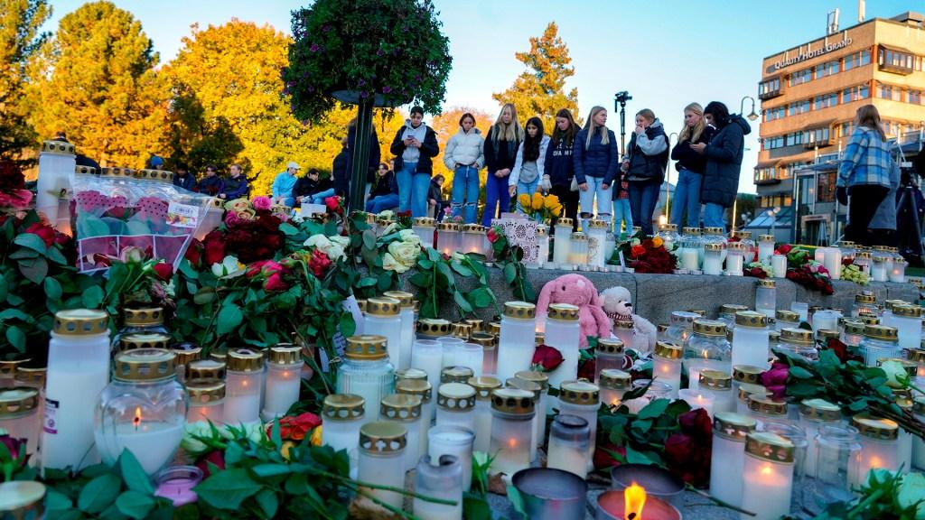 """Papa Francisco condena atentados; """"la violencia es derrota para todos"""", afirma - Flores y veladoras en Noruega, en memoria de víctimas de atentado con arco y flechas"""
