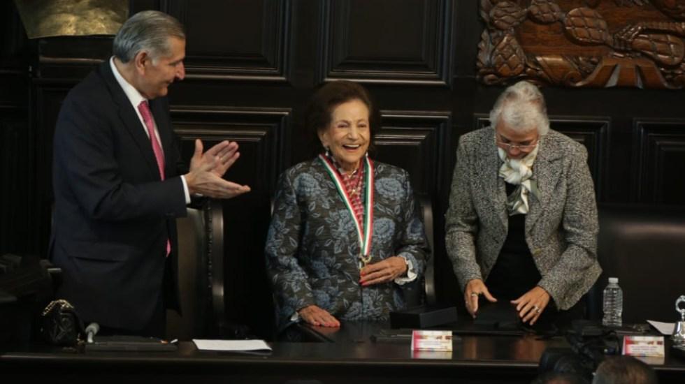 Entregan medalla Belisario Domínguez a Ifigenia Martínez y Manuel Velasco - Ifigenia Martínez Medalla Belisario Domínguez (1)