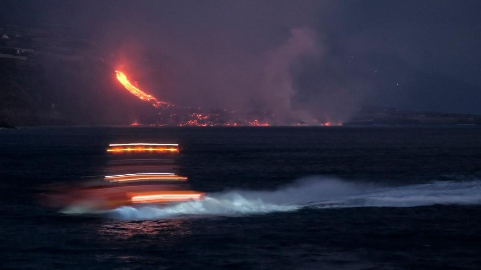 Se derrumba parte del cono del volcán de La Palma, en Canarias - Lava del volcán Cumbre Vieja hacia el océano Atlántico. Foto de EFE