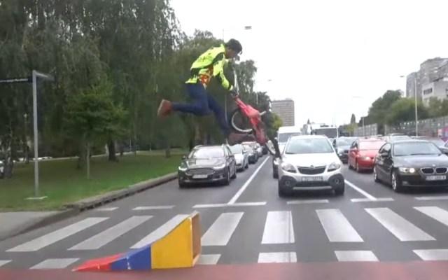 Colombiano entretiene en Croacia con sus acrobacias en su BMX