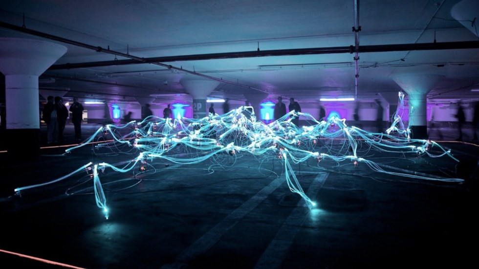LG adquiere Cybellum, líder en ciberseguridad para vehículos - luces en estacionamiento