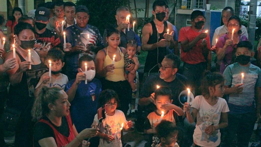 Migrantes realizan vigilias en Chiapas previo a partir en caravana - Migrantes en vigilia
