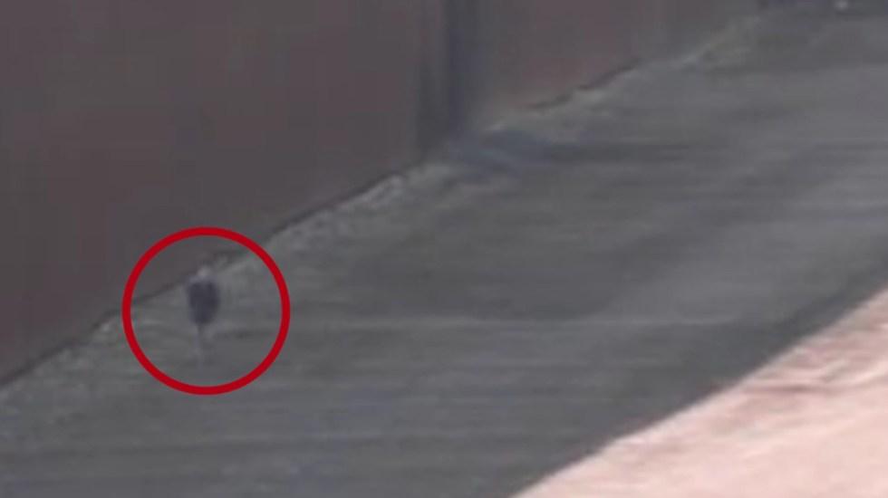 #Video Pollero abandona a niña en muro fronterizo de EE.UU. - Niña de 7 años abandonada en muro fronterizo de EE.UU. con México