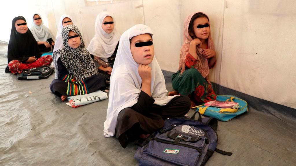 """Talibanes prometen que niñas regresarán """"pronto"""" a las escuelas - Niñas afganas en un colegio de Kandahar"""