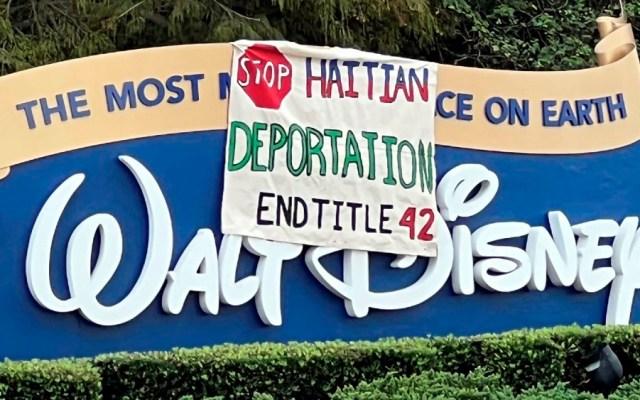 Grupos de migrantes y agricultores del centro de Florida pegaron pancartas en las entradas y vías de acceso de los parques temáticos de Disney en Orlando, en las que piden a la vicepresidenta de EE.UU., Kamala Harris, asilo, un camino a la ciudadanía y acabar las deportaciones automáticas en la frontera con México - Pancartas Disney Orlando Florida migrantes