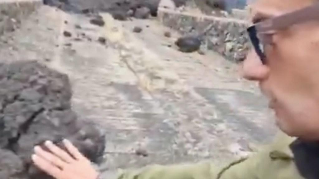 #Video Reportero se quema con roca de erupción del volcán Cumbre Vieja - #Video Reportero se quema con roca de erupción del volcán Cumbre Vieja. Foto tomada de video