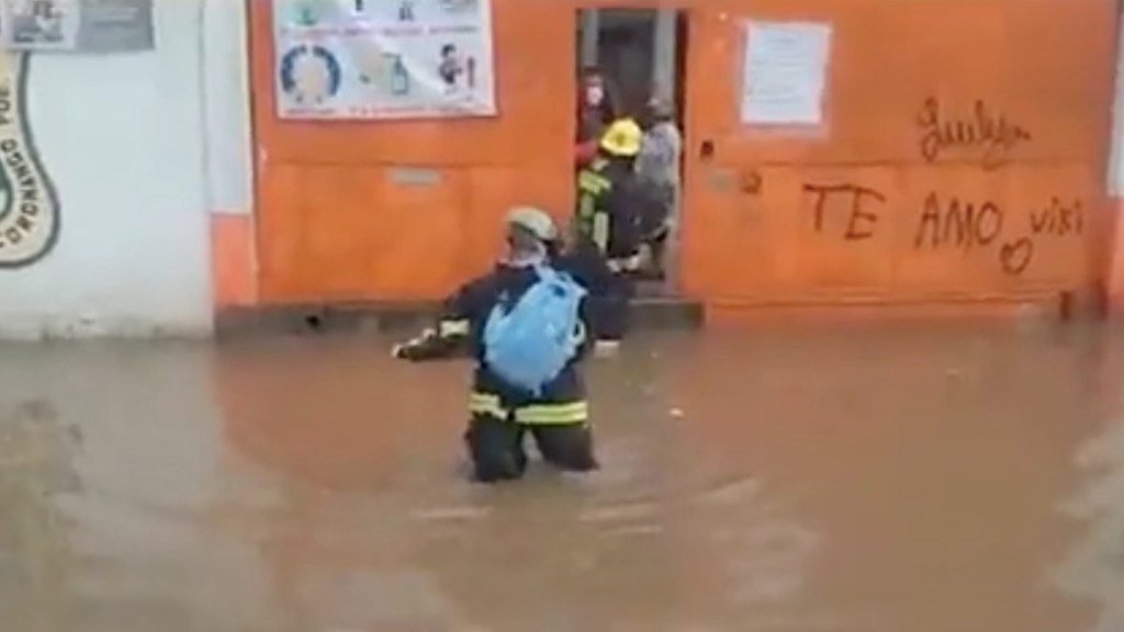 #Video Rescatan a seis personas de escuela inundada en Puebla - #Video Rescatan a seis personas de escuela inundada en Puebla. Foto tomada de video