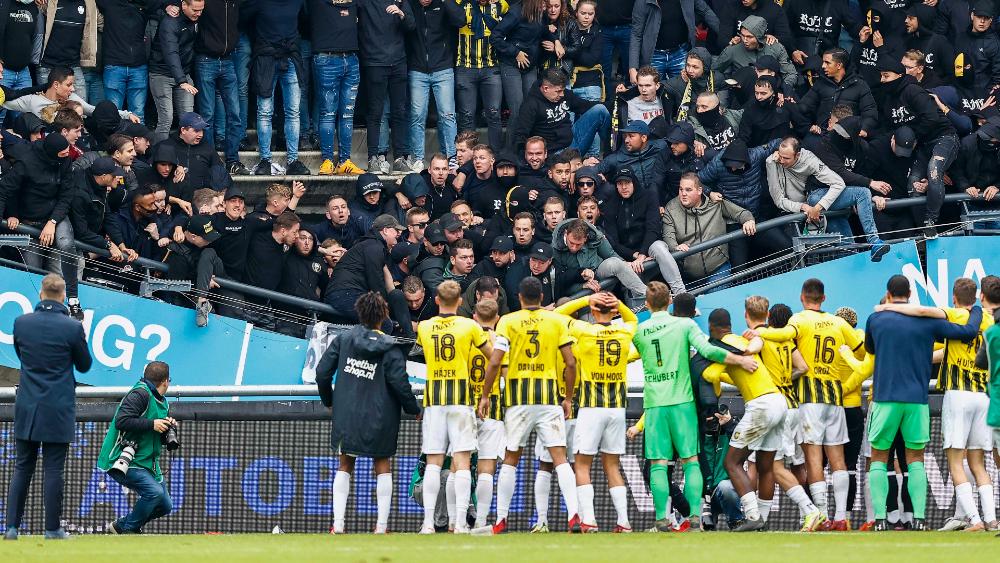 #Video Cae tribuna con aficionados en juego de la Eredivisie holandesa - Tribuna Eredivisie Vitesse Nec Nijmegen Holanda