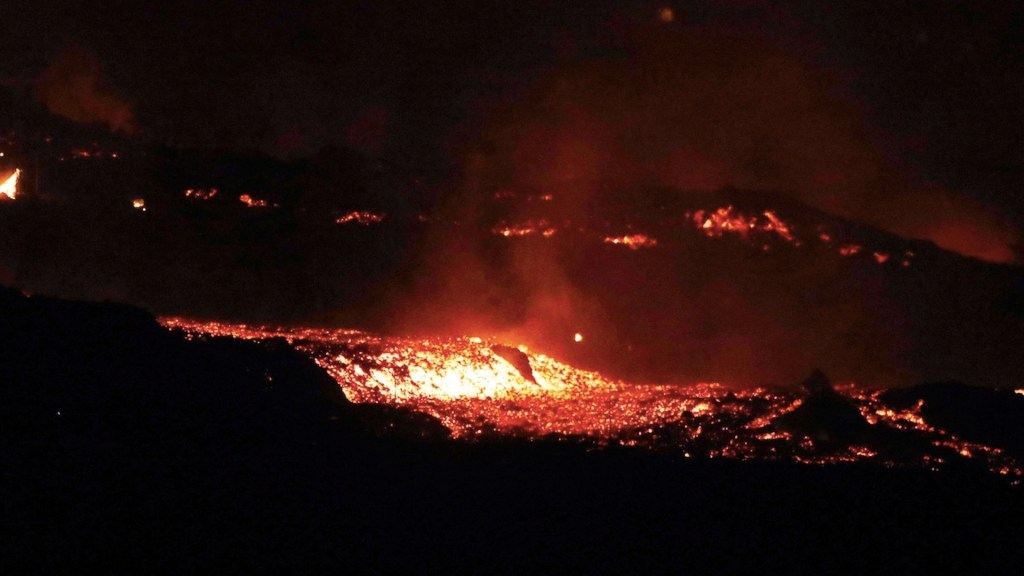 Volcán de La Palma provoca gran nube de cenizas y numerosos temblores - Volcán de La Palma provoca gran nube de cenizas y numerosos temblores. Foto de EFE