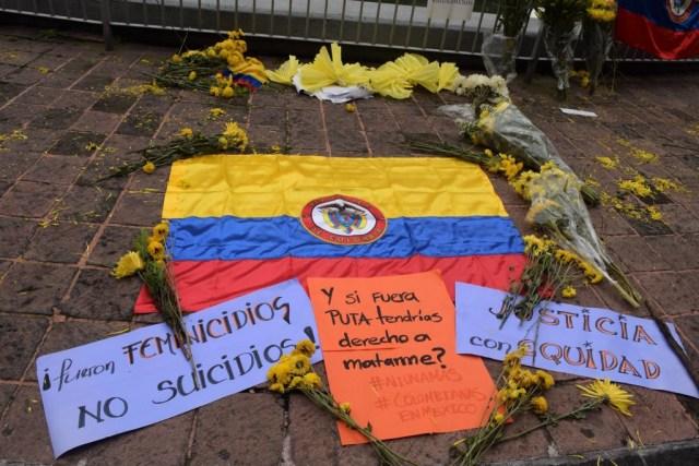 Con flores amarillas, colombianos en México rinden homenaje a colombianas muertas en extrañas circunstancias.
