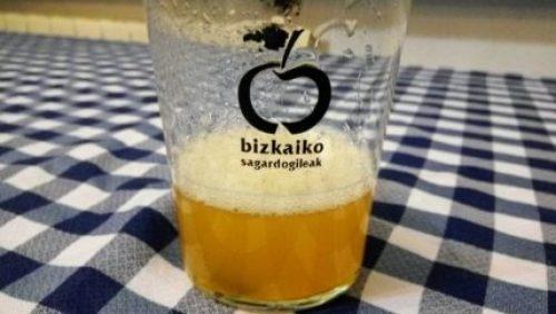 Vaso con genuina sidra vasca, hecha en Bizkaia (foto: Cuchillo)