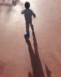 Niño patinando
